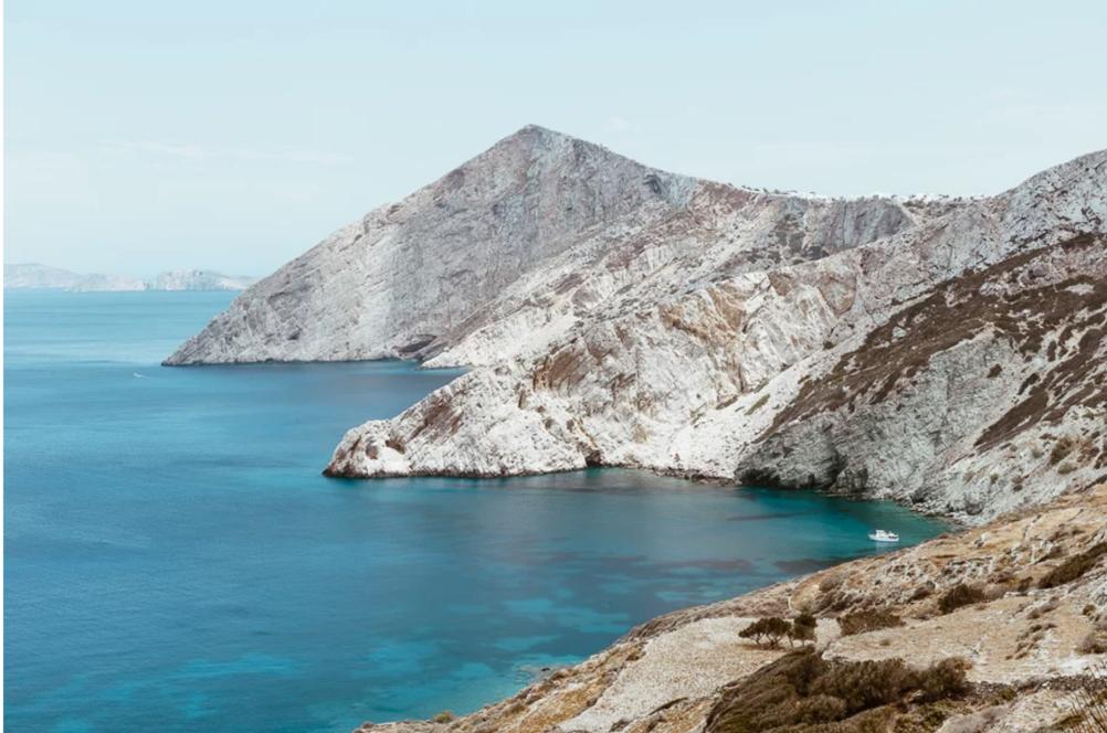 Milos landskab bjerge og vand