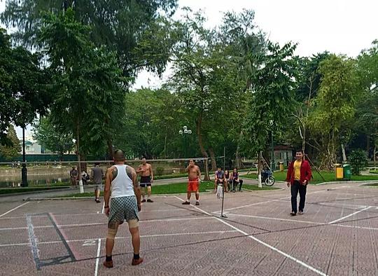 mænd der spiller bold i genforeningsparken